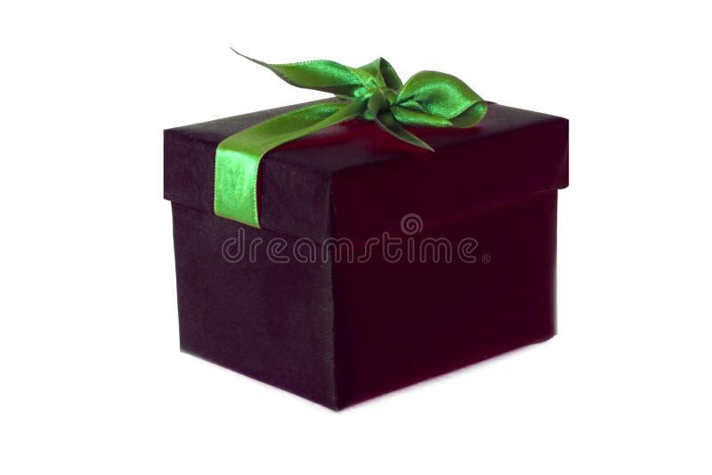 Boîte-cadeau noir avec l'arc vert de ruban de satin images stock