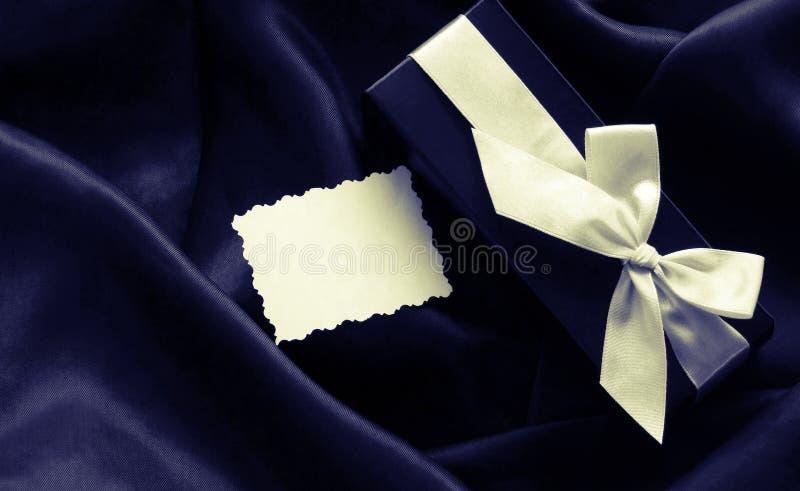 Boîte-cadeau noir de vacances avec un ruban blanc photo stock