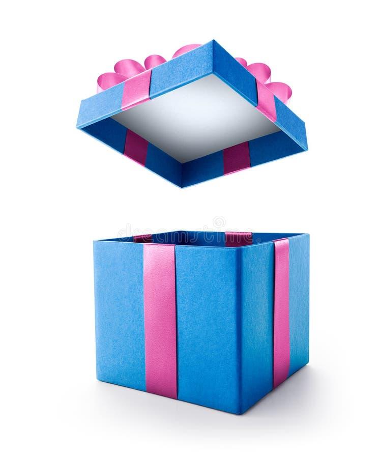 Boîte-cadeau ouvert de bleu avec l'arc rose d'isolement images libres de droits