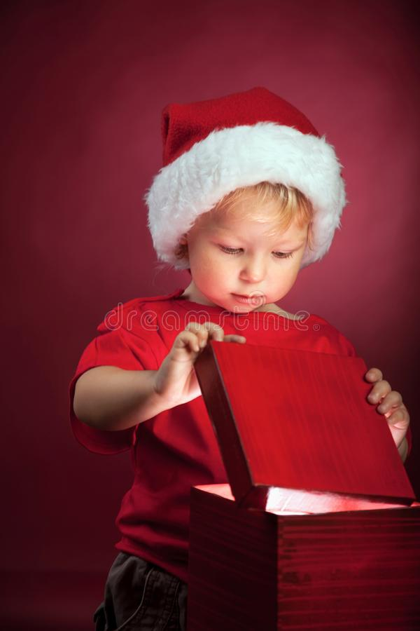 Boîte-cadeau ouvert de garçon heureux image stock