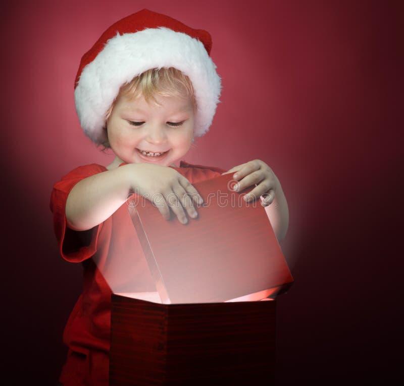 boîte-cadeau ouvert de Noël de garçon images stock