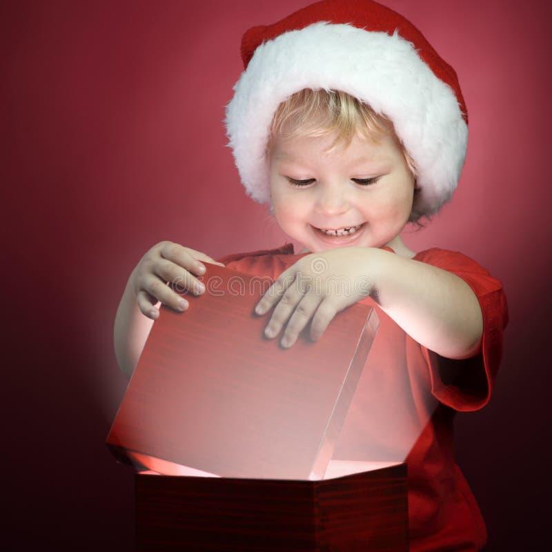 boîte-cadeau ouvert de Noël de garçon images libres de droits