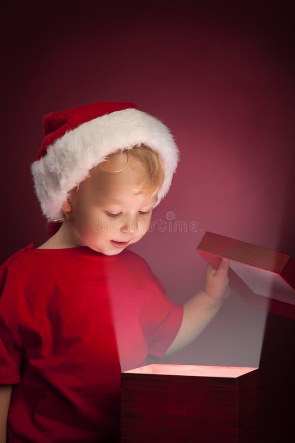 boîte-cadeau ouvert de Noël de garçon photos stock
