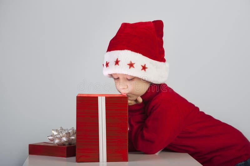 boîte-cadeau ouvert de Noël de garçon photographie stock libre de droits