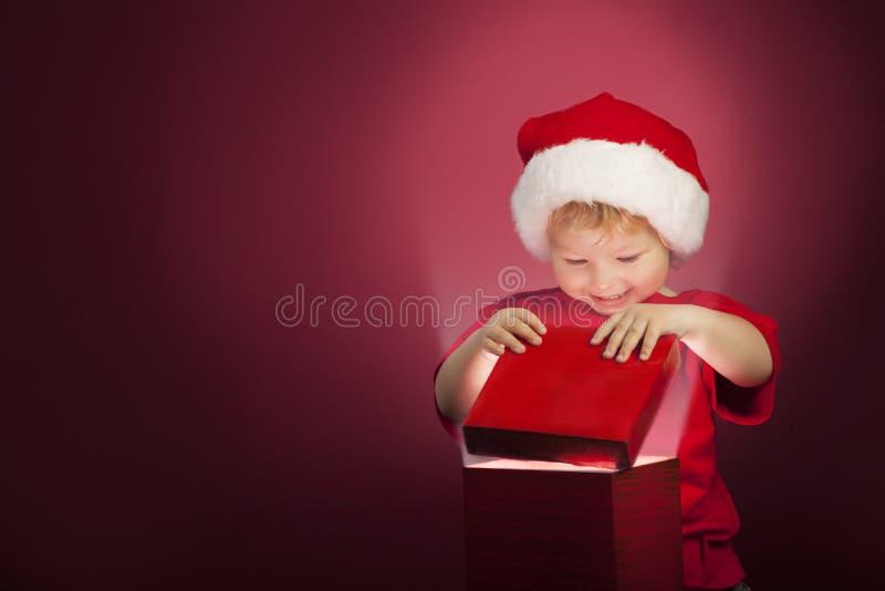 boîte-cadeau ouvert de Noël de garçon photographie stock