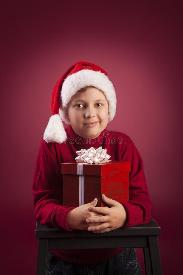 boîte-cadeau ouvert de Noël de garçon photos libres de droits