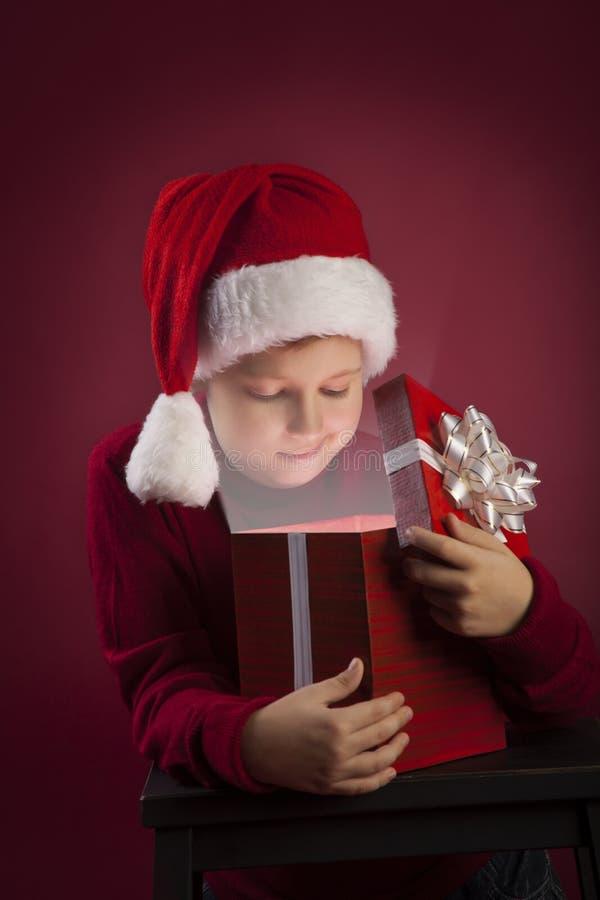 boîte-cadeau ouvert de Noël de garçon photo stock
