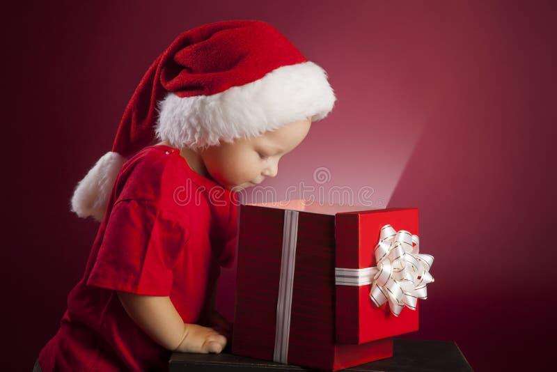 boîte-cadeau ouvert de Noël de garçon image stock