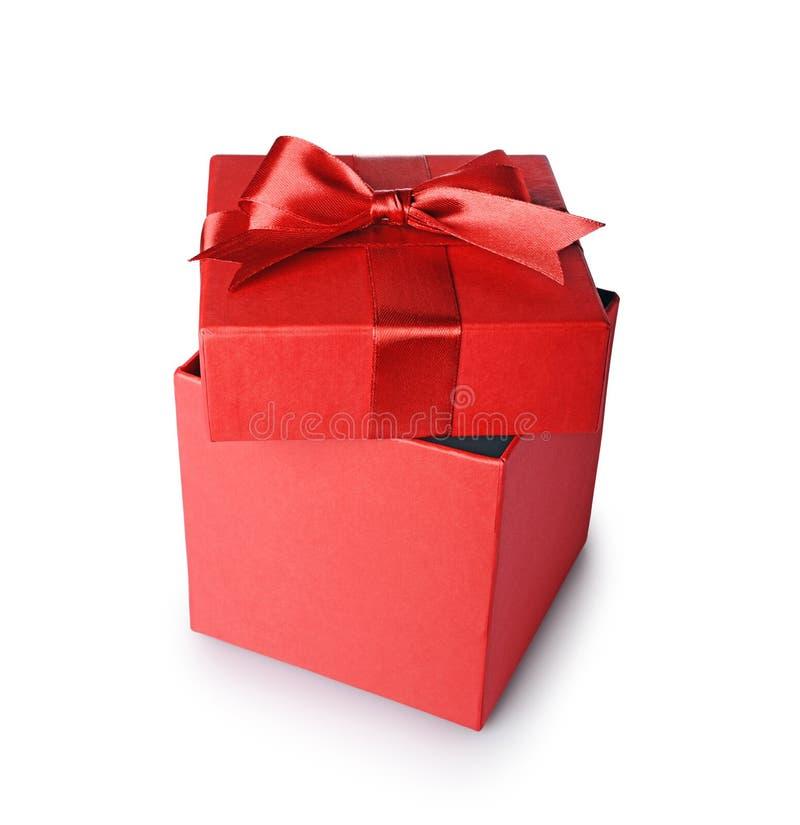 Boîte-cadeau ouvert de rouge avec l'arc de satin d'isolement photos stock