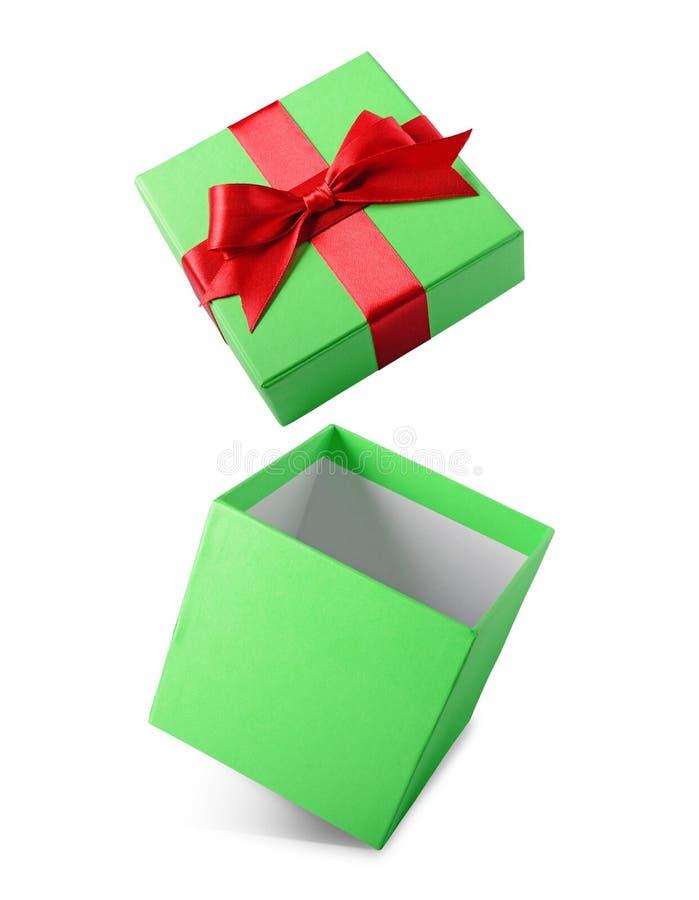 Boîte-cadeau ouvert de vol vert classique avec l'arc rouge de satin photographie stock libre de droits