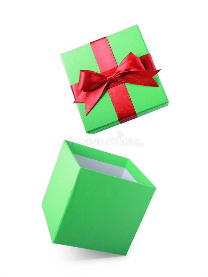 Boîte-cadeau ouvert de vol vert classique avec l'arc rouge de satin photos libres de droits