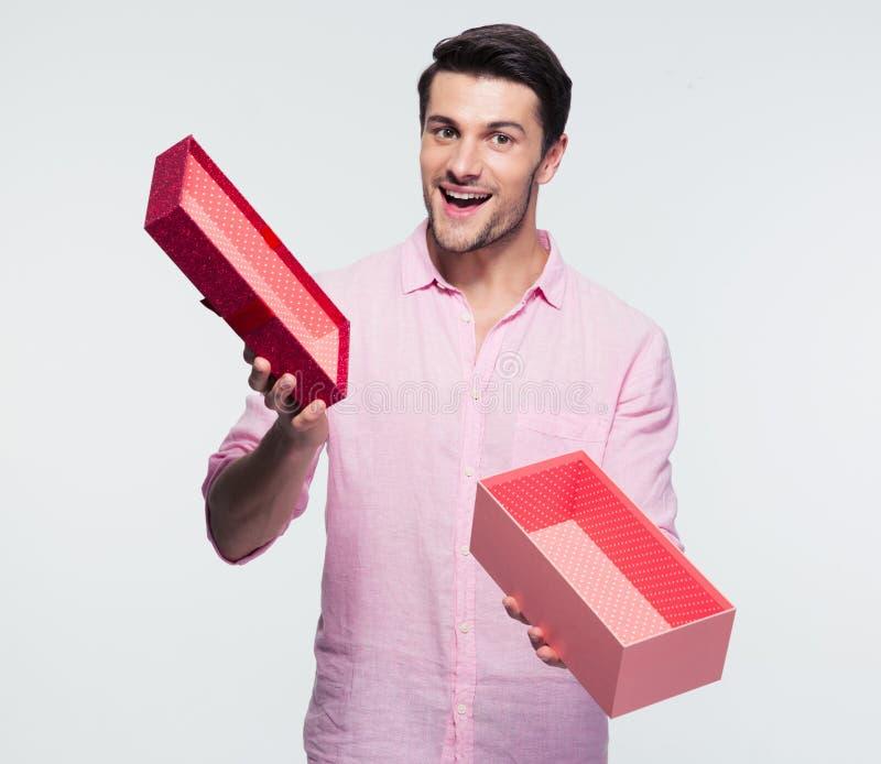 Boîte-cadeau ouvert par participation d'homme d'affaires photos stock
