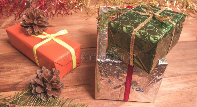 Download Boîte-cadeau Parmi La Tresse Et Les Cônes De Noël Photo stock - Image du décoration, objets: 77158648