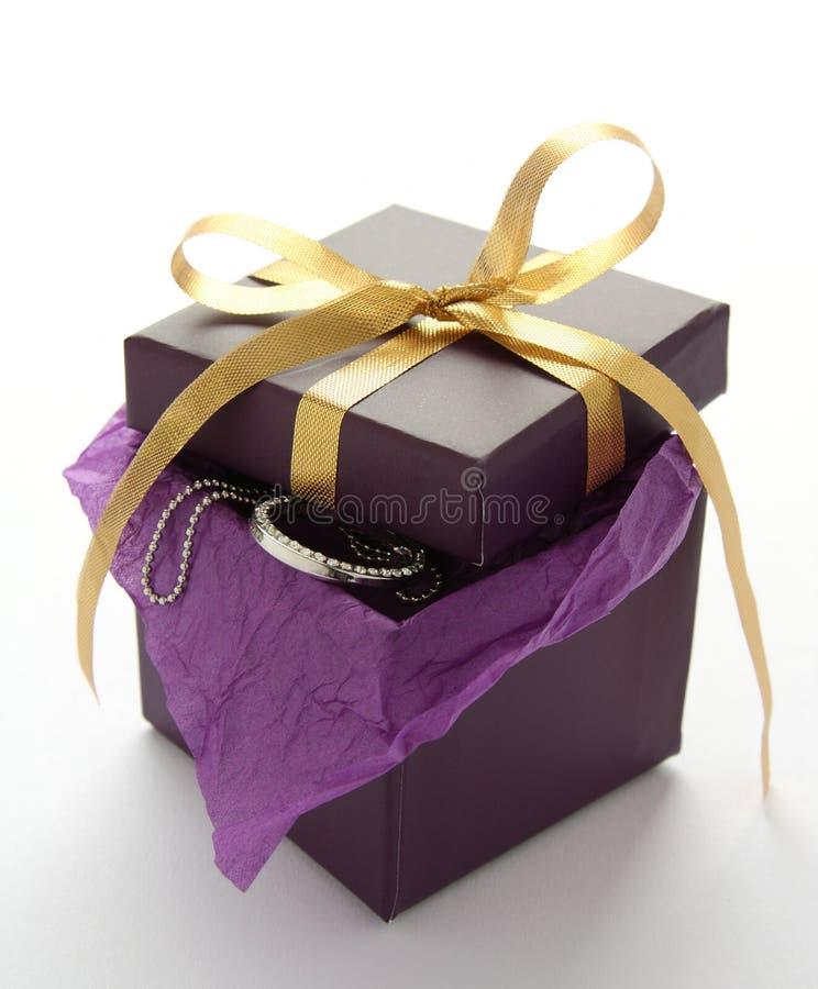 Boîte-cadeau pourprée avec le bijou images stock