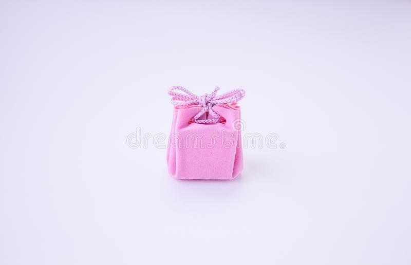Bo?te-cadeau rose avec le ruban pour des bijoux Jour de valentines, le jour des femmes, jour de m?res, anniversaire, mariage, No? photographie stock