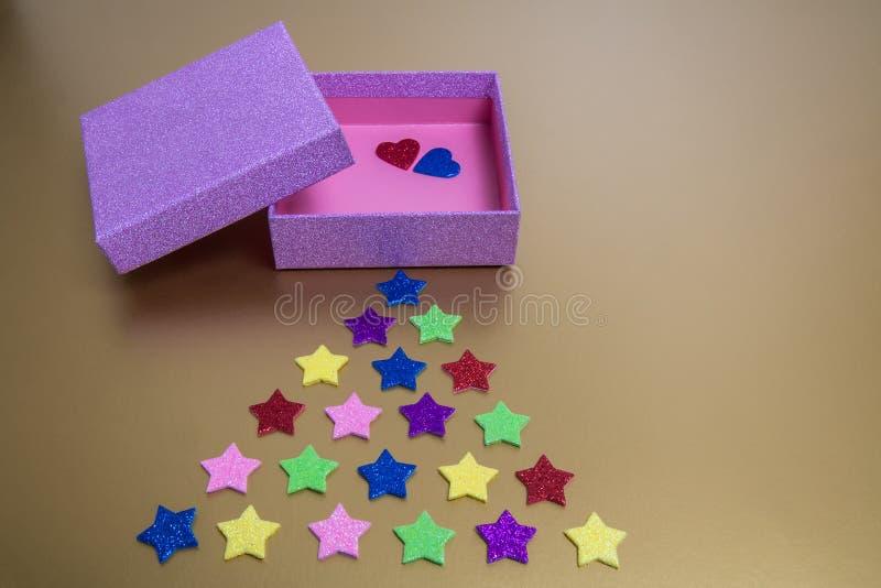 Boîte-cadeau rose espiègle avec la forme du cerf-volant photos libres de droits