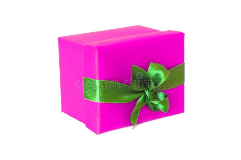 Boîte-cadeau rose fuchsia avec l'arc vert de ruban de satin photo stock