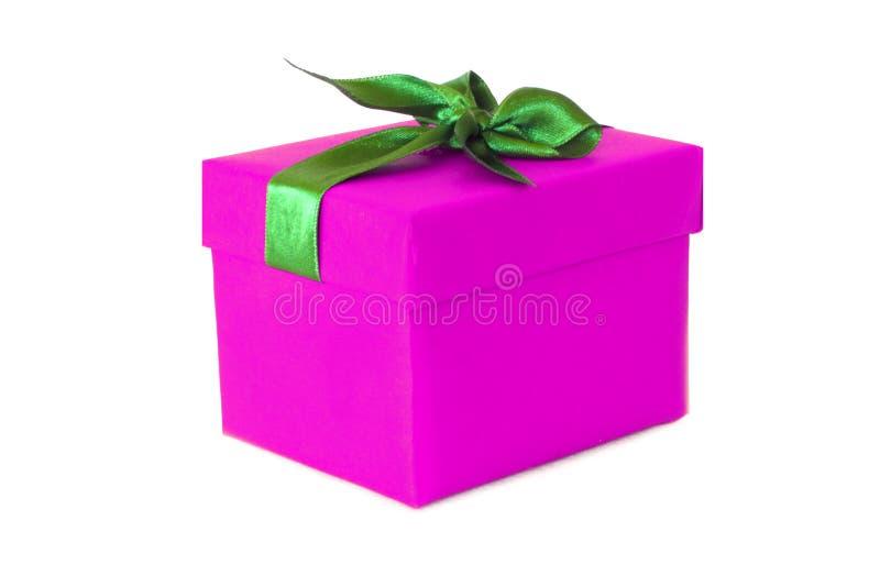 Boîte-cadeau rose fuchsia avec l'arc vert de ruban de satin images stock