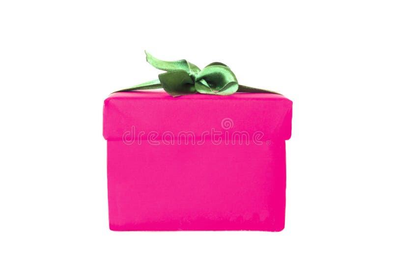 Boîte-cadeau rose fuchsia avec l'arc vert de ruban de satin photo libre de droits