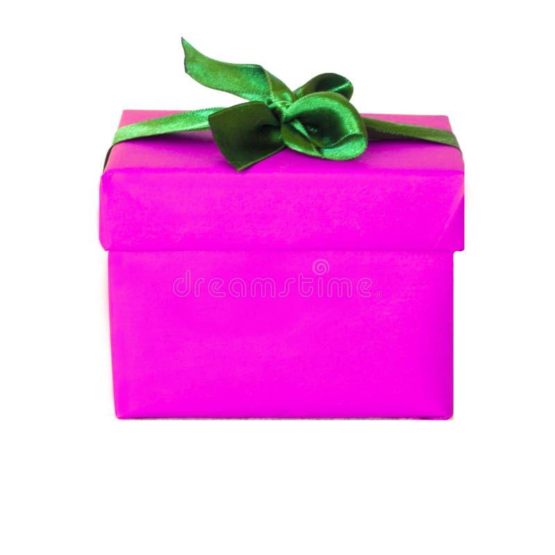 Boîte-cadeau rose fuchsia avec l'arc vert de ruban de satin photographie stock