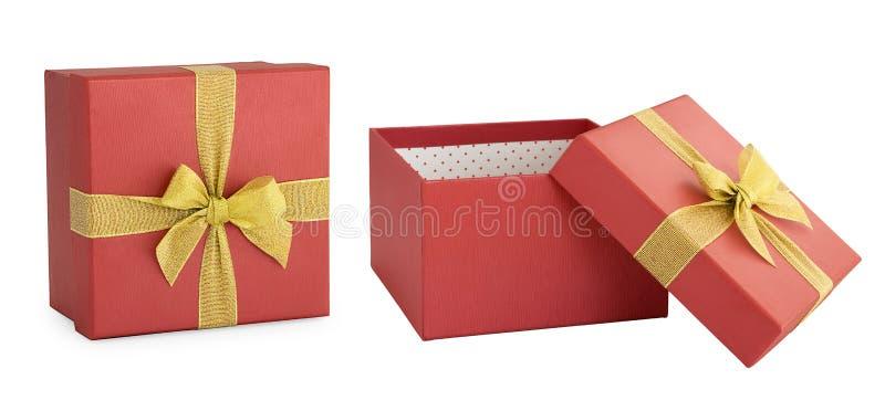Boîte-cadeau rouge avec le ruban d'or d'isolement photos stock