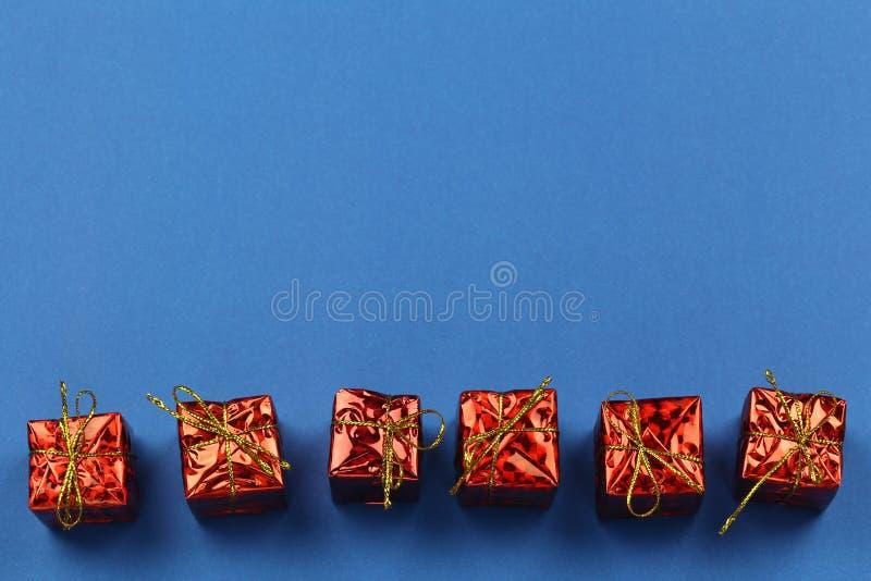 Boîte-cadeau rouge de décorations de Noël sur le fond bleu et avoir l'espace de copie photos stock