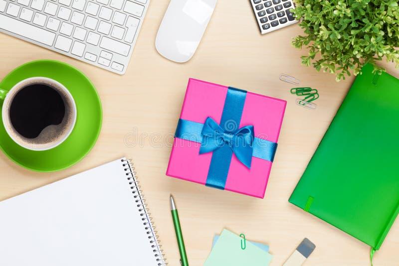 Boîte-cadeau sur la table de bureau photographie stock