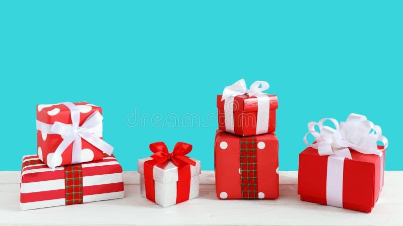Boîte-cadeau sur la table en bois photo libre de droits