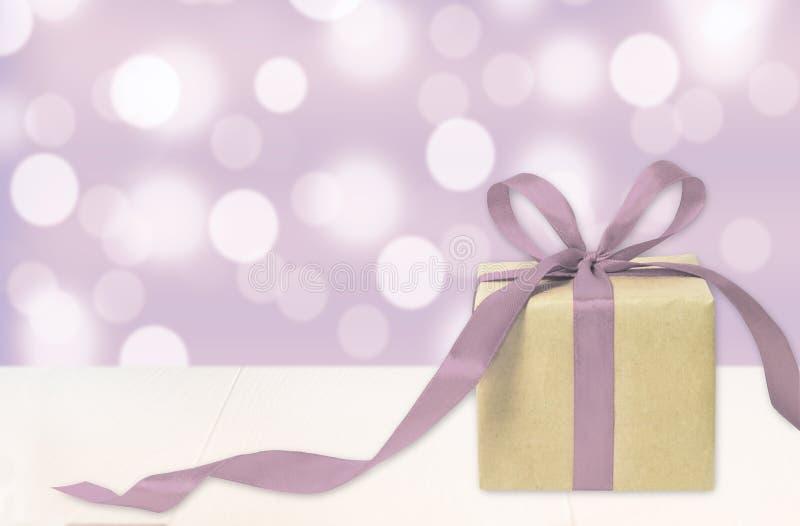 Boîte-cadeau sur le fond de bokeh Vacances actuelles Cadeau de fête images libres de droits