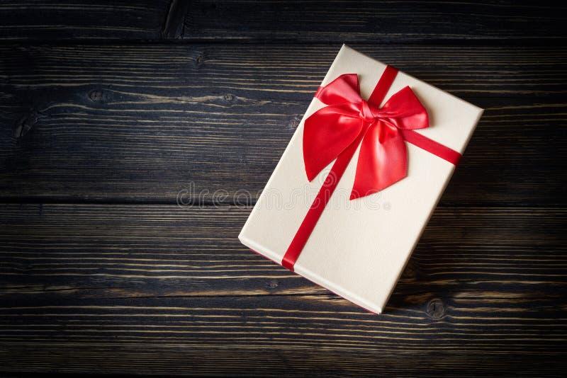 Boîte-cadeau sur le fond en bois image libre de droits