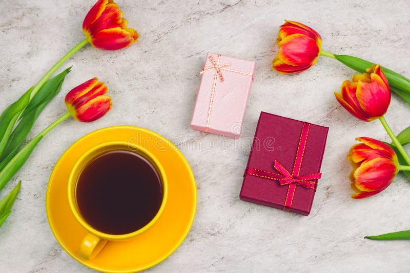 boîte-cadeau, tasse de café et tulipes sur un fond de marbre photographie stock