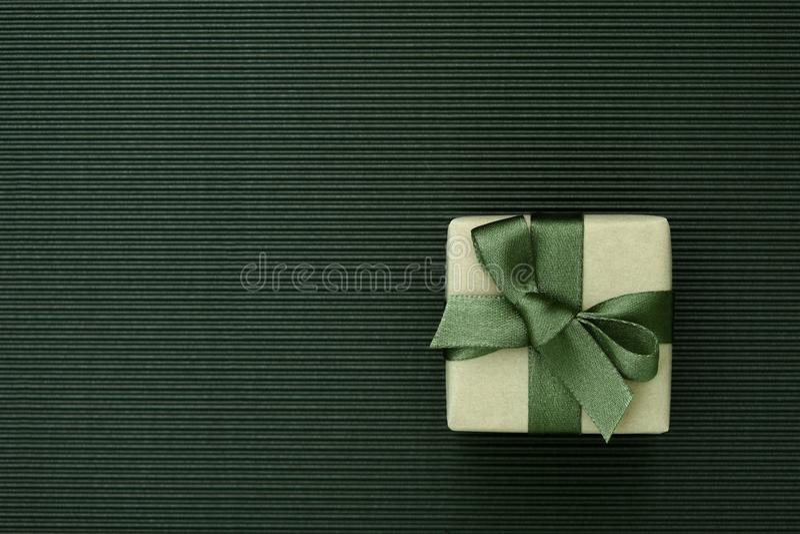 Bo?te-cadeau vert envelopp? en papier de m?tier sur le fond ray? de carton photo stock