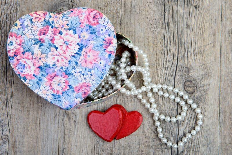 Boîte, collier et un cadeau pour la Saint-Valentin images stock