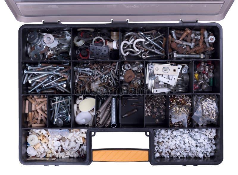 Boîte complètement de vieux boulons, clous et tous autres substance, état différent et taille images stock