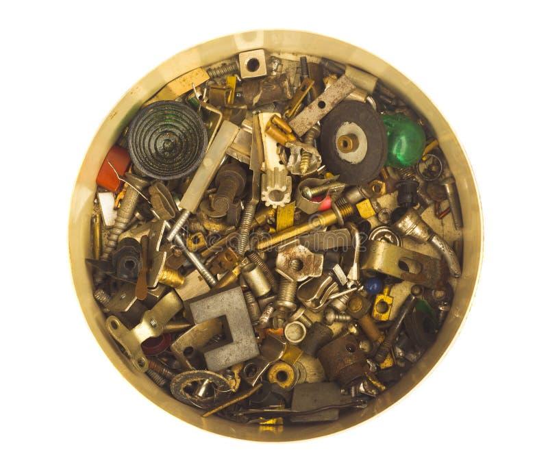 Boîte complètement de vieux pièces et morceaux en métal photographie stock libre de droits