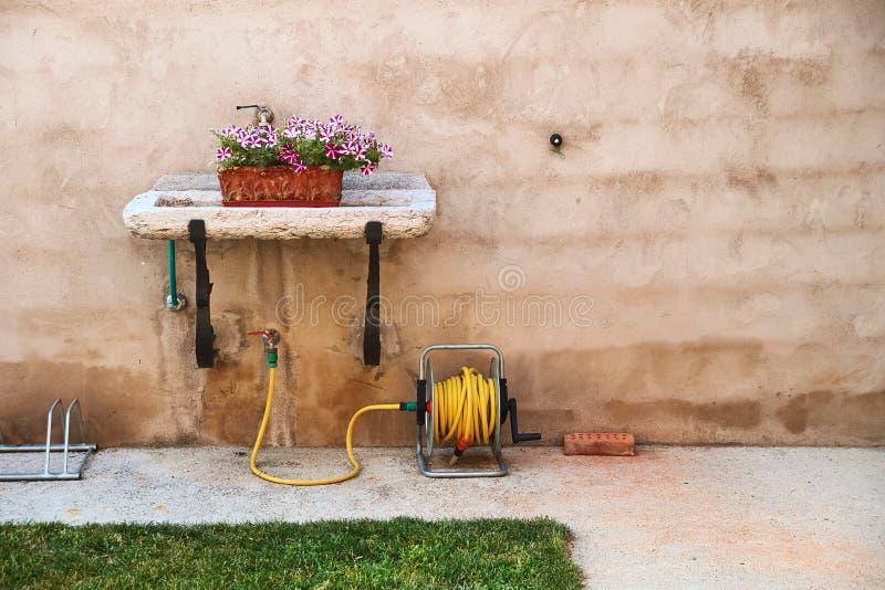 Boîte décorative de fleur dans un évier de jardin photographie stock libre de droits