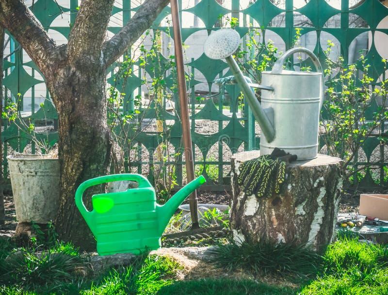 Boîte d'arrosage lumineuse de jardin photo libre de droits