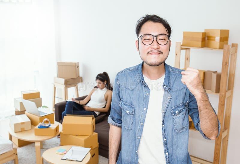 Boîte d'emballage de marketing en ligne et livraison, concept de PME photographie stock