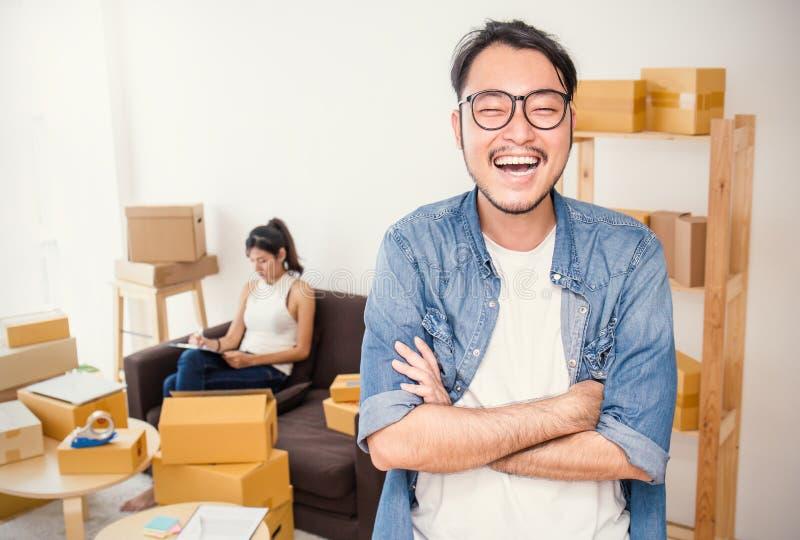 Boîte d'emballage de marketing en ligne et livraison, concept de PME photos stock