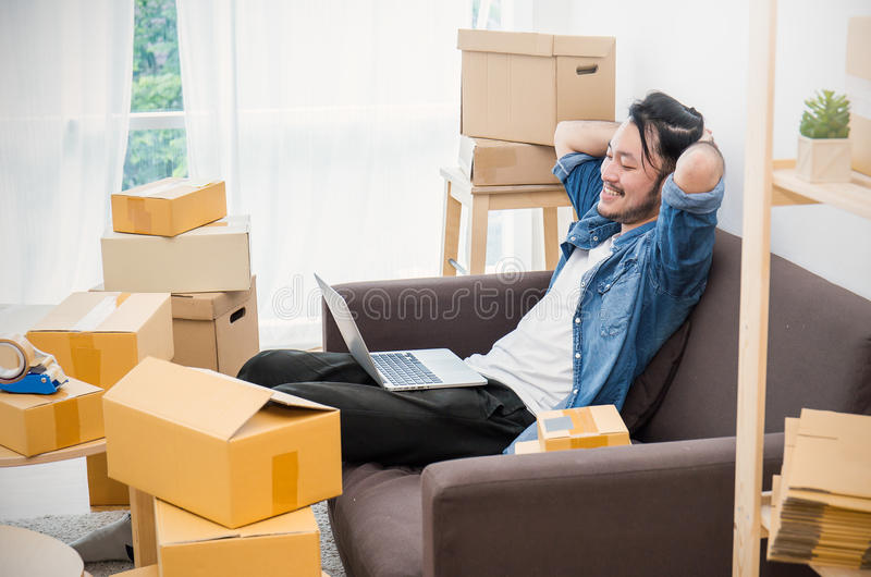 Boîte d'emballage de marketing en ligne et livraison, concept de PME images stock