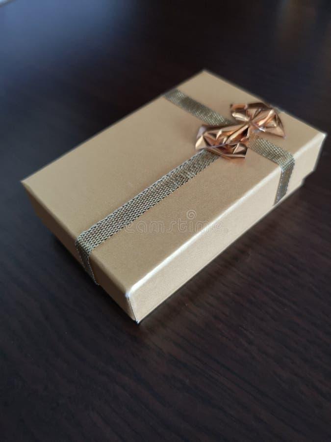 Boîte d'or, et dans elle anneau photo stock