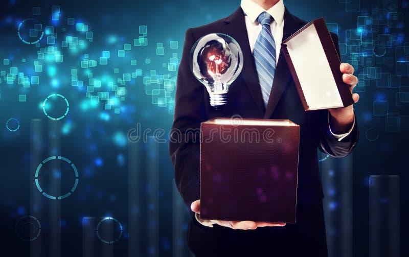 Boîte d'ouverture d'homme d'affaires complètement d'idées photos libres de droits