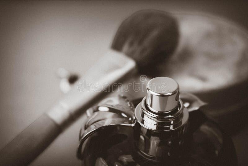 Boîte de beauté, poudre avec une brosse brune de petit somme pour le maquillage, parfum rose et boucles d'oreille sur un fond Con images stock