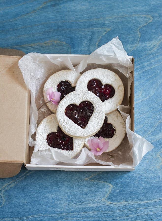 Boîte de biscuit-coeurs faits maison avec la confiture Cadeau de jour du ` s de Valentine photographie stock libre de droits