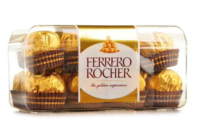 Boîte de bonbons à chocolat de Ferrero Rocher d'isolement sur le blanc photo stock
