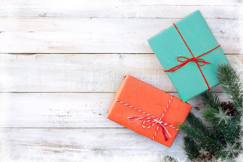 Boîte de cadeaux de cadeau de Noël et éléments de décoration sur le fond en bois blanc photos libres de droits