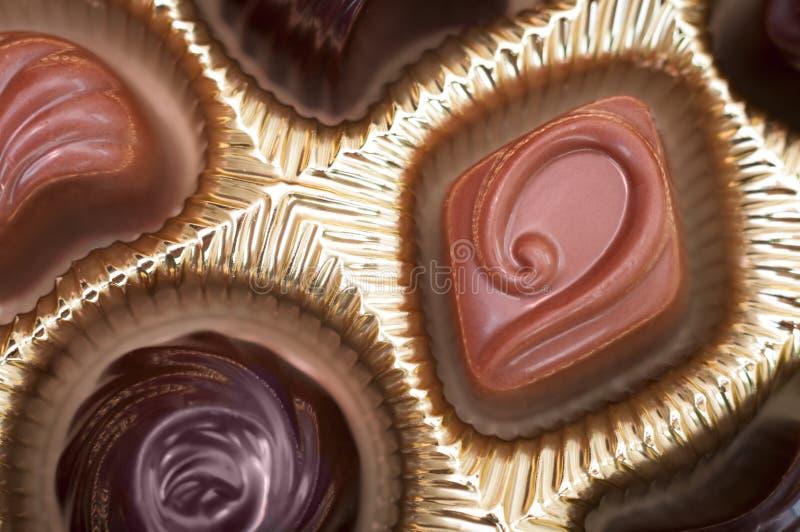 Boîte de chocolats en paquet d'or photographie stock