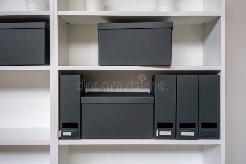 Boîte de classement de papier et support vides de dossier sur l'étagère images stock
