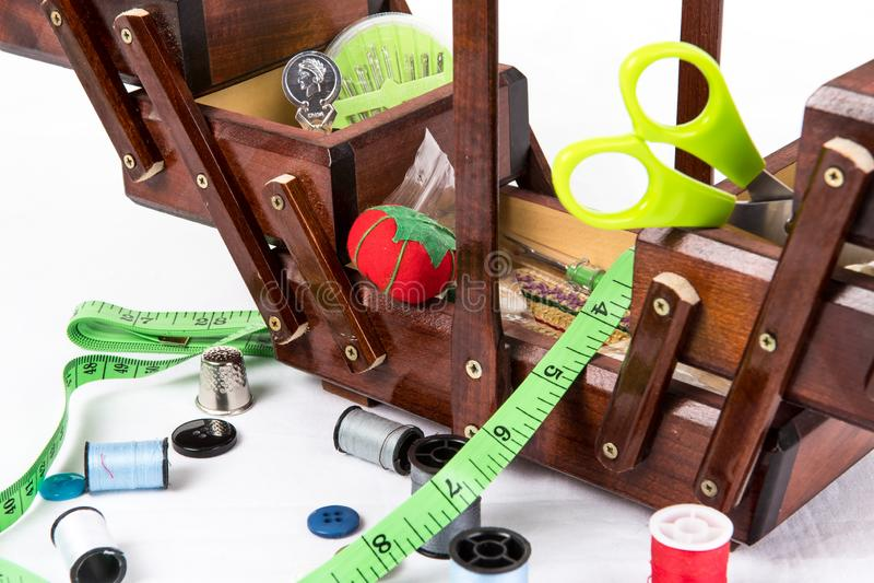 Boîte de couture en bois de cru pour le stockage des accessoires comme des aiguilles, ustensiles, dé, fil, goupilles, coussin de  image libre de droits
