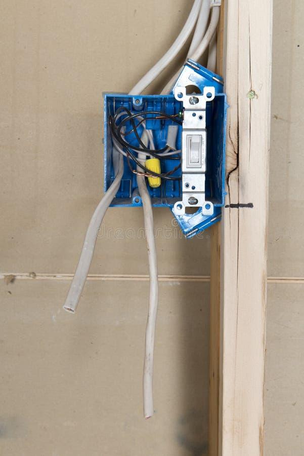 Boîte de débouché à la maison électrique de câblage image libre de droits